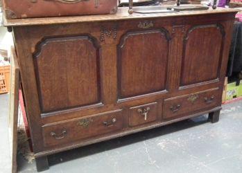 An oak mule chest £320
